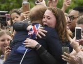 استمرارا لكسر التقاليد الملكية.. الأمير هارى يحتضن فتاة أسترالية أثناء جولته