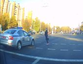 شاهد.. فتاة تقطع الطريق أمام الموكب الرئاسى البيلاروسى رافضه الانتظار