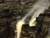 فيديو.. عاصفة فى شمال بريطانيا تعكس اتجاه تدفق الشلالات