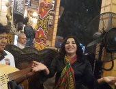 """هو صحيح الهوى غلاب.. ليلى غفران تغنى لـ""""الست"""" على مقهاها بشارع المعز"""