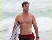 صور.. كريس هيمسوورث يمارس رياضة ركوب الأمواج فى أستراليا