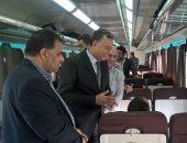 صور.. وزير النقل يتفقد قطارات السكك الحديدية للاطمئنان على خدمة الركاب