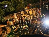 صور.. رجال الإنقاذ يعاينون موقع خروج قطار عن مساره فى تايوان