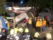 رجال الإنقاذ يعاينون موقع خروج قطار عن مساره فى تايوان
