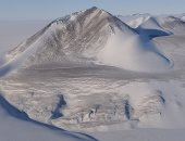 أحد أكبر الجبال الجليدية فى العالم بدأ رحلته نحو الانتحار