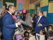 محافظ سوهاج يوزع 449 شنطة مدرسية على طلاب مدرسة سيدى على الابتدائية