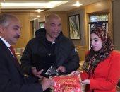 """العامري فاروق يهدى سفارة مصر بالجزائر """"درع"""" الأهلي"""