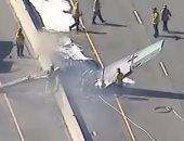 شاهد.. سقوط طائرة من الحـرب العالمية الثانية على طريق سريعة بكاليفورنيا
