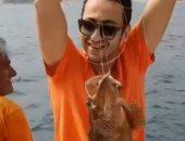 فى البحر سمكة.. شاهد حمادة هلال فى رحلة صيد بحرية