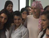 أسماء الأسد تلتقط صورا مع سيدات سوريات خلال تلقيها جلسة علاجية ضد السرطان