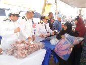 """توزيع 1500 بطانية وسلع غذائية ولحوم بحى الأسمرات فى قافلة """"كلنا واحد"""""""