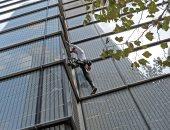 صور.. الرجل العنكبوتى يتسلق برجا ارتفاعه 230 مترا فى لندن والشرطة تعتقله