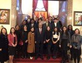 سفير مصر ببكين يلتقى الأجانب المشاركين بمنتدى شباب العالم