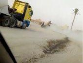 قارئ يرصد سيارات تلقى مواد البناء بالطريق العام فى القاهرة الجديدة