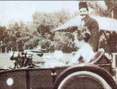 معلومة × صورة.. الملك فاروق يستقل سيارة أقرب إلى الموتوسيكل