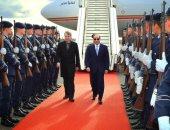 فيديو وصور.. السيسى يصل مقر إقامته فى برلين..ومصريون يستقبلونه بـ تسلم الأيادى