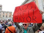 شاهد.. إيطاليون يتظاهرون بسبب تراكم القمامة فى روما