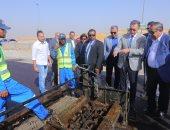 وزير النقل يشهد استخدام مادة جديدة فى تطوير طريق القاهرة - السويس