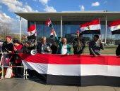 المصريون يحتشدون أمام مبنى المستشارية ببرلين لتأييد الرئيس قبل قمته مع ميركل