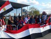 احتشاد الجالية المصرية بأعلام مصر أمام مبنى المستشارية ببرلين لتأييد السيسي