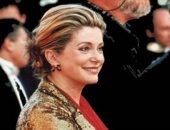 من تصميم إيف سان لوران.. النجمة كاترين دى نوف تبيع أزياءها بمزاد فى باريس
