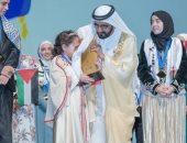 """شاهد..كيف تعامل محمد بن راشد مع الطفلة الفائزة بلقب """"تحدى القراءة العربى""""؟"""