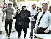 صور.. عمرو سعد يساند نجلاء فتحى أثناء تشييع جثمان زوجها حمدى قنديل