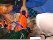 تداول صورة لانقاذ رضيع من مياه البحر فى أندونيسيا.. ومغردون: أحد ضحايا الطائرة