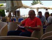 صورة.. العامري فاروق نائب رئيس يستعين بالقرآن قبل مواجهة الترجي