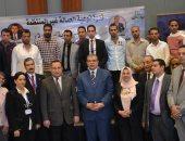 """وزير القوى العاملة يسلم 50 عاملا غير منتظم بالإسكندرية شهادات """"أمان"""""""