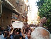 فيديو وصور.. المئات يشيعون جثمان شاب لقى مصرعه أثناء تصديه للص المحمول بأسوان
