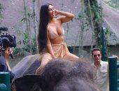 طلعت راكنة الفيل بره.. شاهد كيف استمتعت كيم كاردشيان بوقتها فى بالى