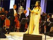 تعرف تتكلم بلدى.. شاهد كيف أحيت لطيفة حفلها بمهرجان الموسيقى العربية