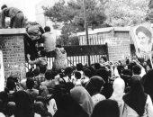 معلومة × صورة.. 4 نوفمبر 1979 ثوار الخمينى يسقطون سفارة أمريكا فى إيران