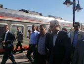 صور.. وزير النقل يختتم جولته بأسوان بتفقده محطة السكة الحديد
