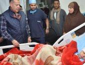 صور .. محافظ بنى سويف يطمئن على تلميذة أصيبت بعد سقوطها من على سلم مدرسة