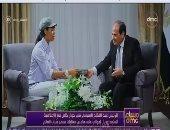 """الإعلامية الشابة زوريال تهدى الرئيس السيسى كتابًا عن """"الملهمين""""..فيديو"""