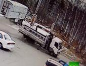 شاهد.. شاحنة مسرعة تخترق سوقًا تجاريًا بروسيا