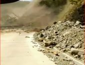 هكذا تنهار الجبال.. فيديو يوثق لحظات سقوط الصخور والأشجار