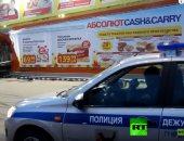 شاهد.. سيارة طائشة تخترق مركزا للتسوق فى روسيا