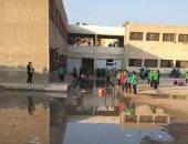 فيديو وصور.. مدرسة تجريبية بـ15 مايو تغرق فى مياه الصرف الصحى