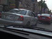 مواطن يرصد سيارة بلوحات معدنية مطموسة فى شارع الملك فيصل الرئيسى