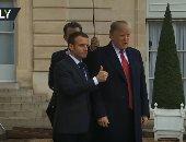 لحظة استقبال الرئيس الفرنسى لنظيره الأمريكى فى قصر الإليزيه بباريس.. فيديو