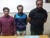 القبض على 3 عاطلين أجبروا صاحب شركة على توقيع عقد بيع شقتين بعين شمس