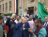 """طلاب القاهرة يلتقطون """"سيلفى"""" مع رئيس الجامعة.. و""""الخشت"""" يعد بمفاجآت فينة"""