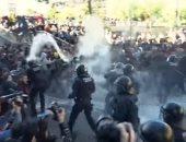شاهد.. اشتباكات بين الشرطة الإسبانية والانفصاليين فى برشلونة