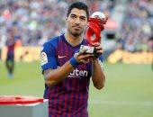 سواريز يتسلم جائزة لاعب أكتوبر بالدورى الإسبانى وسط جماهير برشلونة