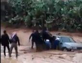 ليها عمر.. انتشال طفلة أردنية من داخل سيارة غمرتها السيول (فيديو)