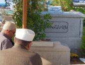 صور.. بوسى شلبى تزور قبر محمود عبد العزيز فى ذكرى وفاته وترفض التصوير