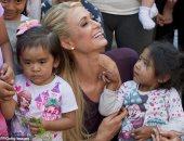 صور.. باريس هيلتون تظهر إنسانيتها مع الناجيين من زلزال المكسيك